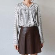 Pattern v-neck blouse