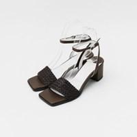 Strap detail middle sandal heel