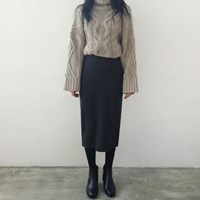 Back slit knit skirt