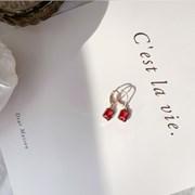 연말룩 추천_레드 포인트 귀걸이_Love is red earring