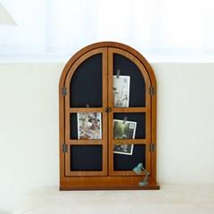 아치형 창문 액자 칠판