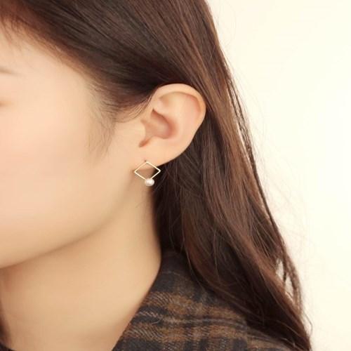 살롱 드 라템 스퀘어 진주 귀걸이_골드(AGIS9C08BBJW)