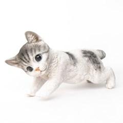 두손 뻗은 회색 고양이 장식