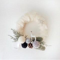 보송한 리스에 앉아있는 눈꽃사슴 원형 리스