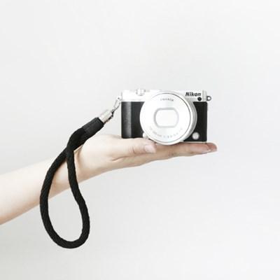심플 블랙&레드 카메라 핸드 스트랩 COCOWERK
