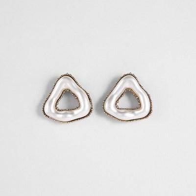 [쥬디앤폴] 끄레마 진주 트라이앵글 도넛 포스트 귀걸이 E51657