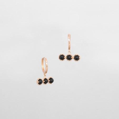 [쥬디앤폴] 쥬르 오닉스 블랙 트리플 미니볼 바 귀걸이 E51680